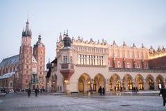 Mitt och kyrka för Cracow gammal stadstad Arkivfoton