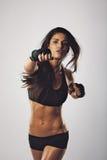 Mitt - praktiserande boxning för östlig kvinnlig boxare Arkivbild