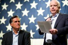 Mitt Romney en Senator John McCain verschijnen bij een stadhuismeetin Stock Fotografie