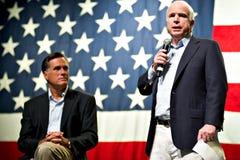 Mitt Romney et le sénateur John McCain apparaissent à un meetin d'hôtel de ville Image stock