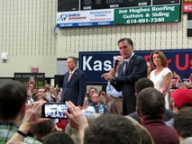 Mitt Romney fala em nome de John Kasich Fotos de Stock Royalty Free