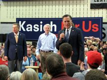 Mitt Romney parle au nom de John Kasich Image stock