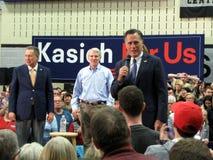 Mitt Romney spricht im Namen John Kasichs Stockbild