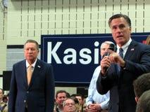 Mitt Romney talar på vägnar av John Kasich Arkivfoton