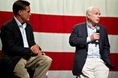 Mitt Romney y senador John McCain aparecen en un meetin del ayuntamiento Foto de archivo libre de regalías