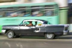 Mitt--50-tal svärtar Oldsmobile som rusar till och med havannacigarren, Kuba Arkivbilder