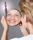 mitt- tillfredsställd kvinna för åldrig implantat Arkivbilder