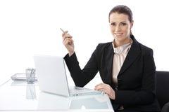 Mitt--vuxen människa elegant affärskvinna på skrivbordet Arkivfoton