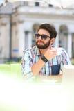 Mitt--vuxen människa man som ser bort, medan ha kaffe på trottoarkafét fotografering för bildbyråer