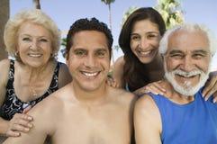Mitt--vuxen människa par och hög för par stående för främre sikt utomhus. Fotografering för Bildbyråer