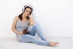 Mitt--vuxen människa kvinna som tycker om musik Royaltyfri Foto