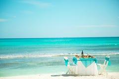 Mittagessen, Abendessen auf dem Strand der Karibischen Meere lizenzfreie stockfotos