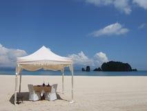 Mittagessen auf dem Strand lizenzfreie stockfotografie