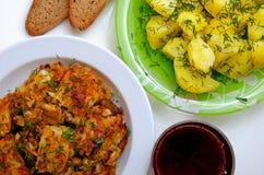 Mittagessen gebratene Fische, gekochte Kartoffeln und Rotwein Stockfoto