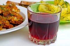Mittagessen gebratene Fische, gekochte Kartoffeln und Rotwein Stockfotos