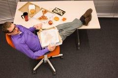 Mittagessen im Büro - zu viel essend lizenzfreies stockbild