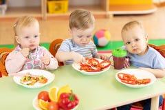 Mittagessen im Kindergarten stockfotos