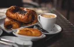 Mittagessen: Kaffee mit Rollen Stockfotografie
