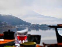 Mittagessen mit See und Mountain View Stockfoto