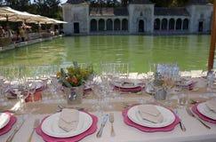 Mittagessen-Partei, einstellende Tabellen, Pool-Terrasse im Freien Stockfoto
