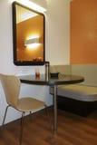 Mittagessen-Tabelle und Spiegel Lizenzfreie Stockbilder