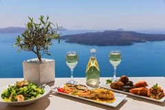 Mittagessen und Wein durch das Meer stockfotos