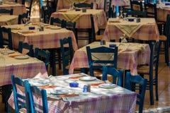 Mittagessengedecke in einem griechischen Artrestaurant stockfoto