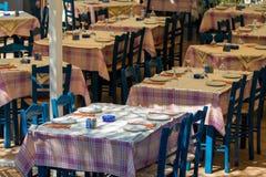 Mittagessengedecke in einem griechischen Artrestaurant lizenzfreies stockfoto