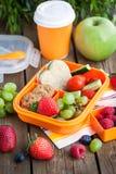 Mittagessenkasten mit Sandwich und Früchten Stockfotos