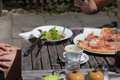 Mittagessenpizza und -salat aus Italien Stockbilder