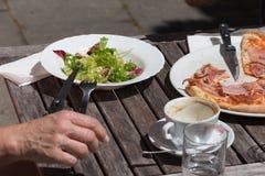 Mittagessenpizza und -salat aus Italien Lizenzfreies Stockbild