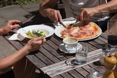 Mittagessenpizza und -salat aus Italien Stockbild