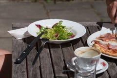 Mittagessenpizza und -salat aus Italien Stockfotos