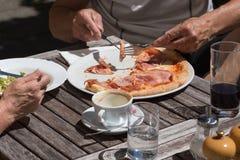 Mittagessenpizza und -salat aus Italien Stockfotografie