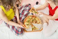 Mittagessenpizza zu Hause Stockfotografie