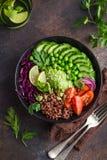 Mittagessenschüssel des strengen Vegetariers Avocado, roter Reis, Tomate, Gurke, rotes cabba Lizenzfreies Stockbild