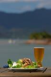 Mittagsalat u. kaltes Bier Lizenzfreie Stockfotos