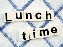 Mittagspause, Alphabetblock auf Tischdeckehintergrund Lizenzfreies Stockbild