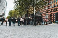 Mittagspause an den Zuidas-Leuten auf der Straße Anwäter für ein Falafelsandwich stockfotografie