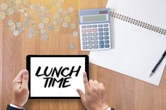 MITTAGSPAUSE-Zeit für Mittagessenwörter, GESCHÄFTSMANN-FUNKTION UND MITTAGESSEN T Stockbilder