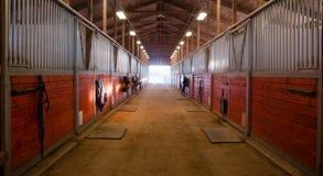 Mittbana till och med stall för ranch för hästpaddock rid- Fotografering för Bildbyråer