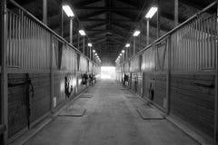 Mittbana till och med stall för ranch för hästpaddock rid- Royaltyfria Bilder