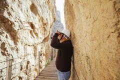 Mitte alterte abenteuerlichen Mann mit Sturzhelm unter Verwendung der Ferngläser Lizenzfreie Stockbilder