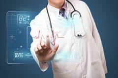 Mitte alterte Doktor, der moderne medizinische Art des Knopfes bedrängt Lizenzfreie Stockbilder