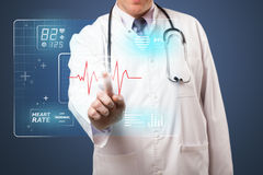 Mitte alterte Doktor, der modernen medizinischen Typen der Taste bedrängt Lizenzfreie Stockbilder