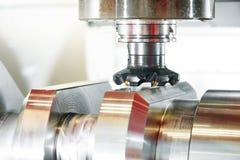 Mitte der Cnc-Metallarbeitende maschinellen Bearbeitung mit Schneiderwerkzeug lizenzfreie stockfotos