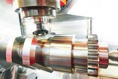 Mitte der Cnc-Metallarbeitende maschinellen Bearbeitung mit Schneiderwerkzeug stockfotos