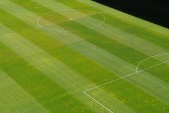 Mitte des Fußballfußball-Gras-Spielfelds Lizenzfreie Stockfotografie