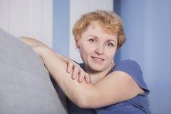 Mitte gealterte blonde Frau Lizenzfreie Stockfotografie