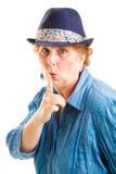 Mitte gealterte Frau mit Geheimnis Lizenzfreie Stockfotografie